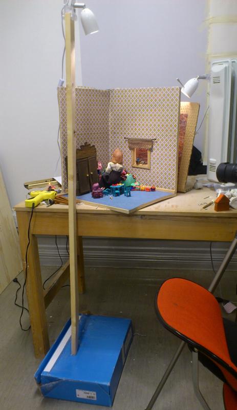 Vi har fått improvisera mycket, ena ljusstativet är en pinne fastlimmad på en kartong som är fastlimmad i golvet. Det andra ljusstativet är ett gammalt element på hjul. Nu mer använder vi pinnar fasttejpade på stolar...